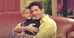 A sitcom 2000 és 2002 között bemutatott epizódjaiban Bent egy bizonyos Cole Sprouse alakította, aki azóta felnőtt, és 27 éves.