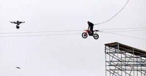 Tom Cruise életveszélyes mutatványa - szerinted összesen hányszor ugrott le a sziklafalról? (videó)